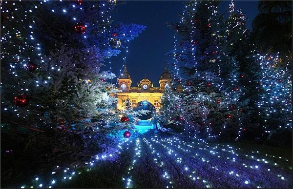 Большой ассортимент световых и несветовых новогодних украшений в магазине Мебелион